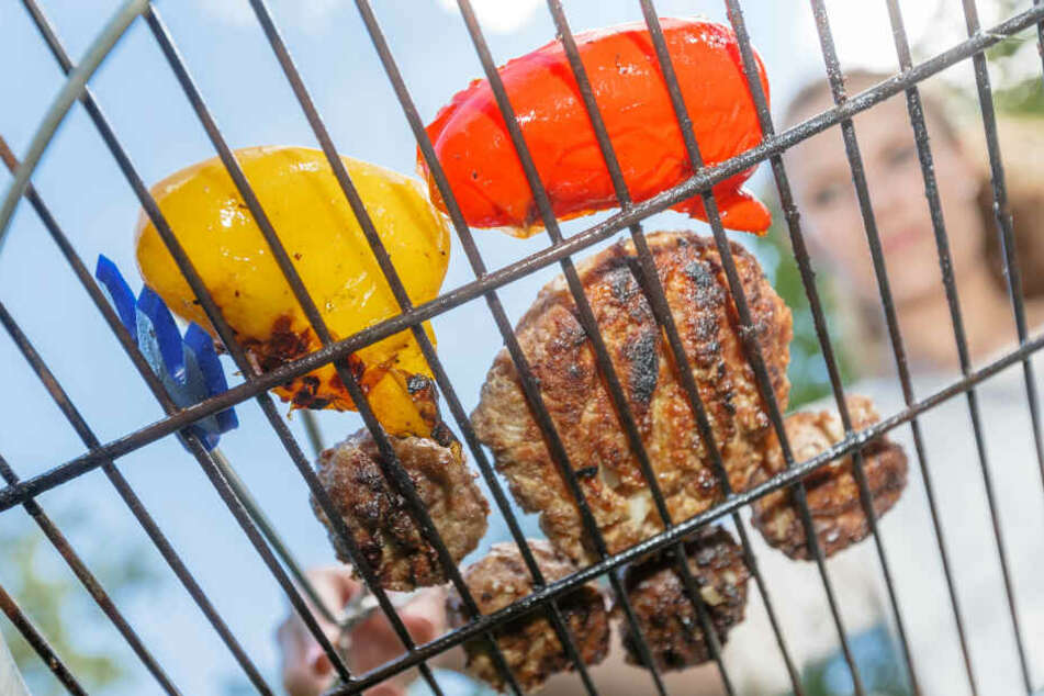Mit einem sauberen Rost kann der Grillspaß losgehen. Ein Edelstahl-Rost lässt sich etwa über Nacht in Spüli-Wasser einweichen - danach kann man den Dreck leicht entfernen.