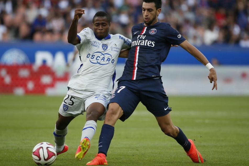 Hier noch im Dienst vom SC Bastia: Francois Kamano (l.) im Zweikampf mit Ex-PSG-Star Javier Pastore. Kamano spielt derzeit in Bordeaux.
