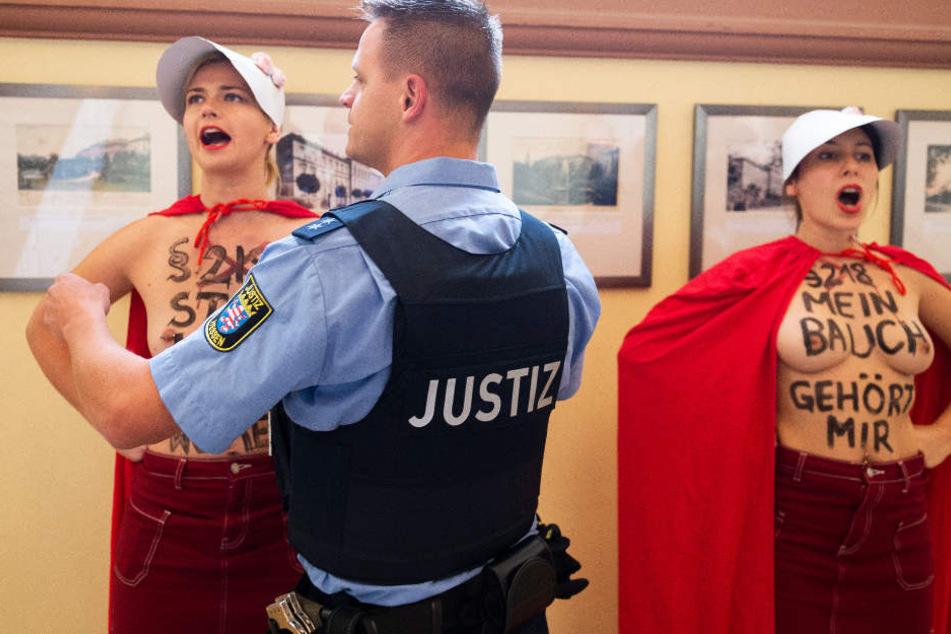 Justizbeamte gingen gegen die beiden Protestierenden vor.