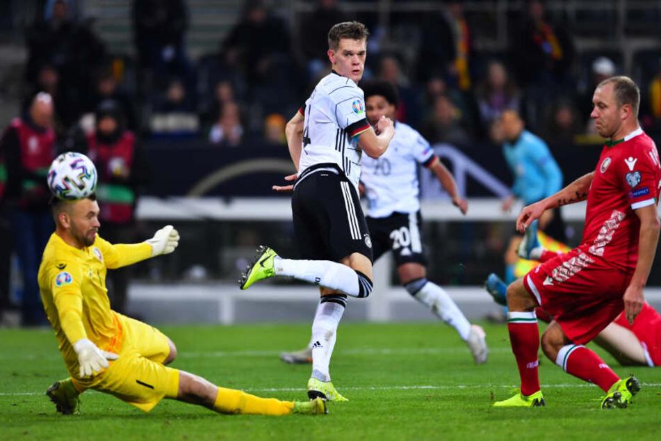 Ein Traumtor: Innenverteidiger Matthias Ginter (zweiter von links) zauberte den Ball per Hacke zum 1:0 für Deutschland ins weißrussische Tor.