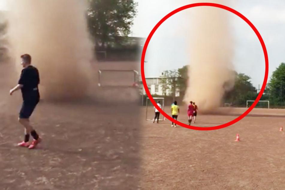 Video: Hier fegt ein Tornado über den Fußballplatz