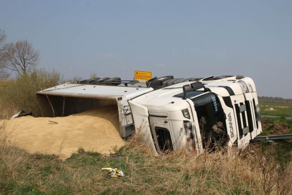Der Lastwagen hatte mehrere Tonnen Getreide geladen.