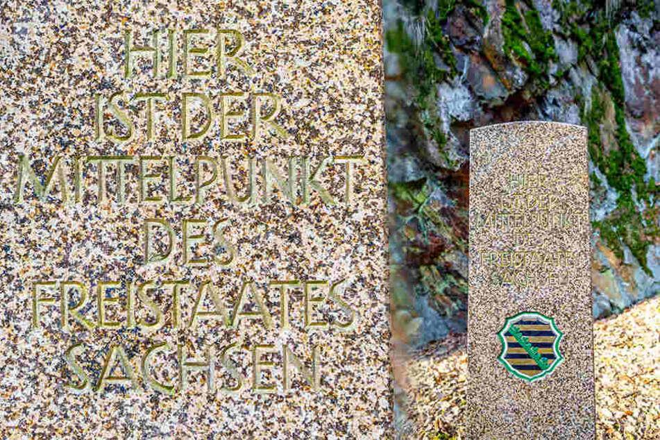 Eine Säule markiert den Geografischen Mittelpunkt Sachsens.