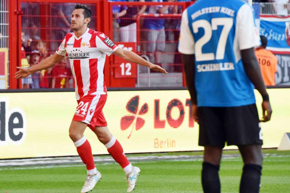 Steven Skrzybski bejubelt seinen Treffer gegen Holstein Kiel.