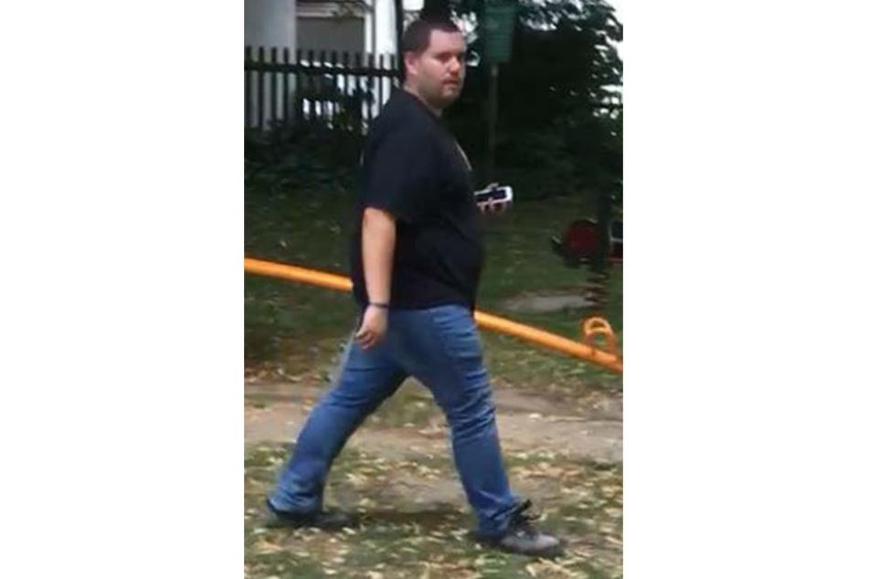 Die Polizei in Blomberg sucht nach diesem Mann. Ihm wird vorgeworfen, Kinder auf Spielplätzen angetatscht zu haben.