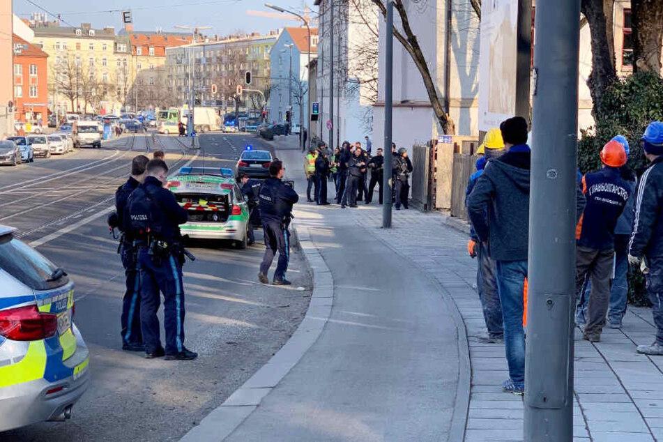 Die Polizei ist mit einem Großaufgebot im Stadtteil Au im Einsatz.
