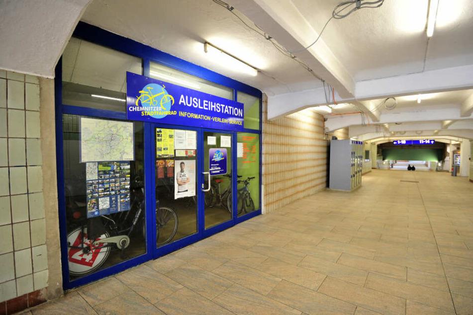 Ausleihstationen sind nicht zeitgemäß organisiert. Die am Hauptbahnhof war gestern schon 16 Uhr geschlossen - ohne Hinweis, warum.