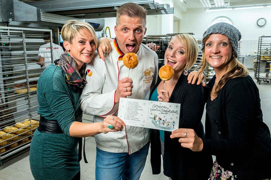 Nelly (35), Sabine (36) und Silvana (36, v,l,) schenken Bäcker René Krause  (40) als Dank für die Unterstützung die neue Weihnachts-CD. Das Cover hat Nelly  gemalt.