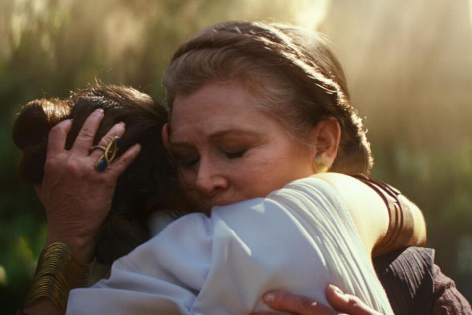 General Leia (r., Carrie Fisher) setzt Reys (Daisy Ridley) Jedi-Ausbildung fort.