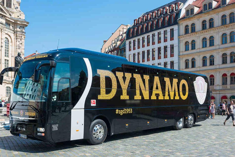 Der neue Mannschaftsbus von Dynamo rollte am Donnerstag auf dem Dresdner Neumarkt vor.
