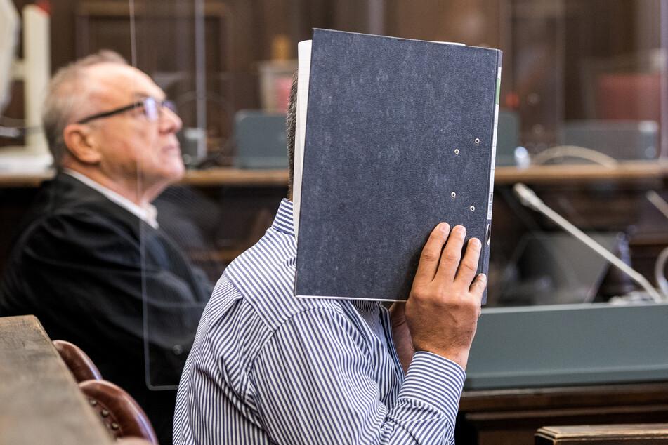 Der 54 Jahre alte Angeklagte (vorne) sitzt im Landgericht im Sitzungssaal neben seinem Verteidiger Siegfried Schäfer.