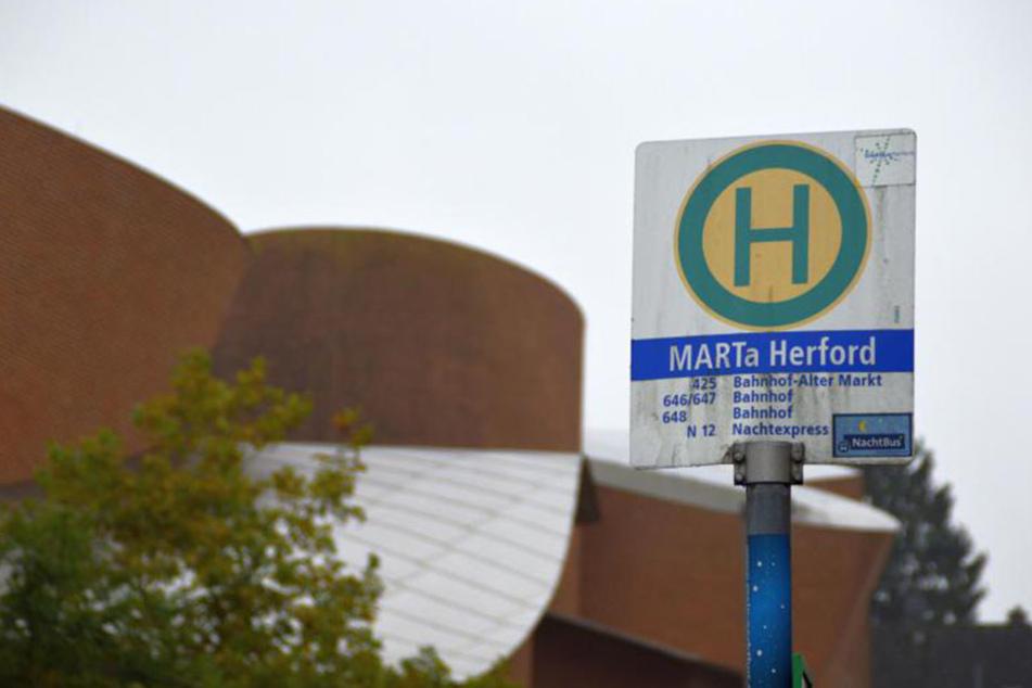 An der Bushaltestelle am Marta-Museum in Herford wurde ein 14-Jähriger einfach stehen gelassen.