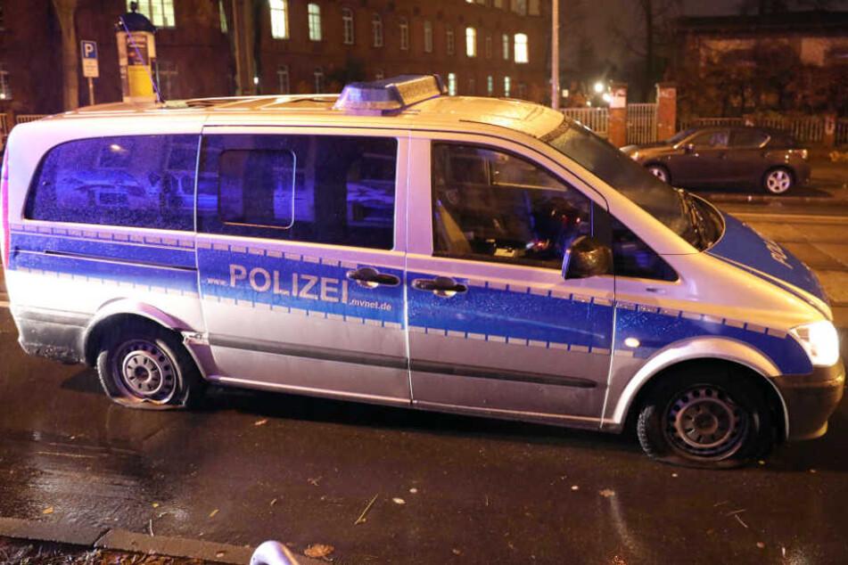 Polizei jagt Reifenstecher, doch plötzlich hat ihr Auto selbst einige Platten
