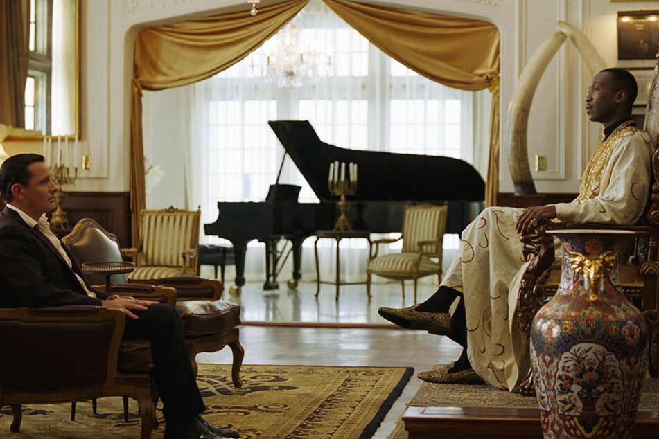 Das Vorstellungsgespräch: Tony Lip (l., Viggo Mortensen) bewirbt sich als Chauffeur und Organisator bei Dr. Don Shirley (r., Mahershala Ali) in dessen edel ausgestatteter Wohnung.