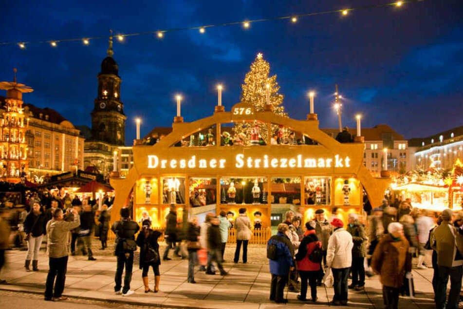 Der begehbare Schwibbogen bildet das Eingangstor zum Dresdner Striezelmarkt.