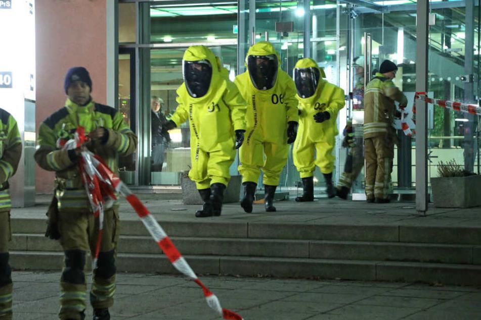 Einsatzkräfte in Spezialanzügen untersuchten das Max-Planck-Institut.