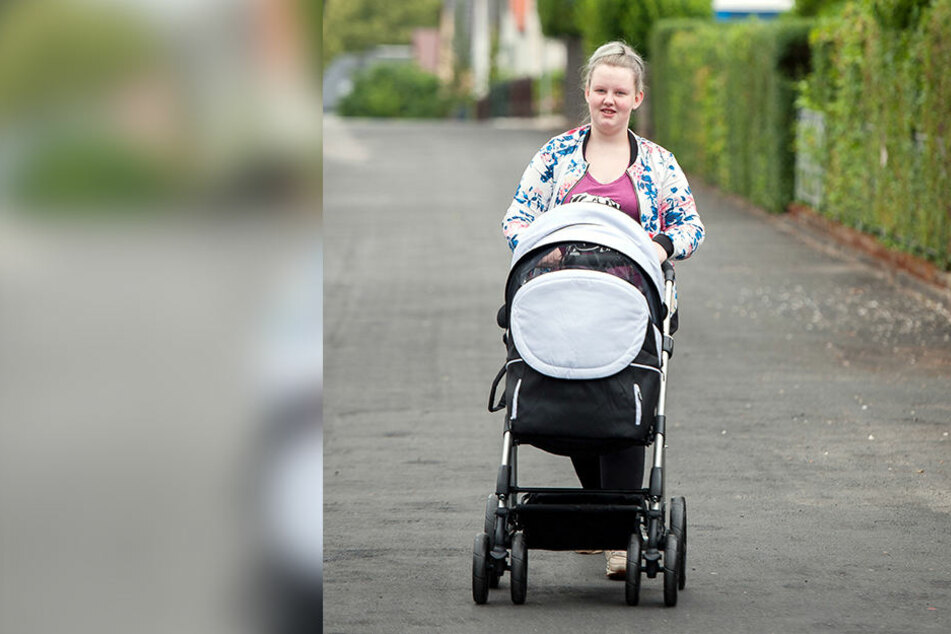 Die Ruhe nach dem Stress: Nelly beim Spaziergang mit Ben Louis. Der Kleine kam am 22. Mai zur Welt.