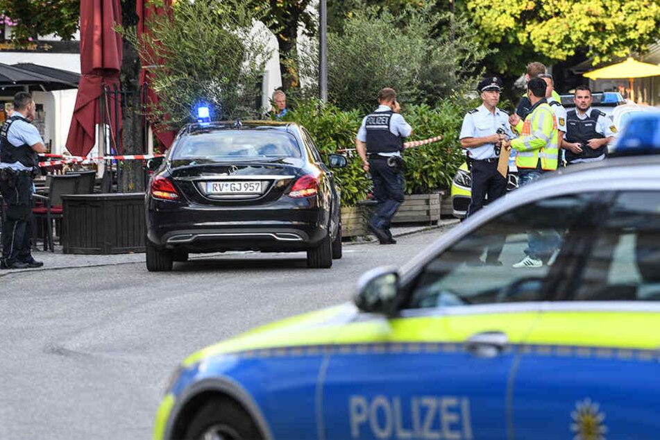Polizisten stehen am abgesperrten Tatort auf dem Marienplatz.