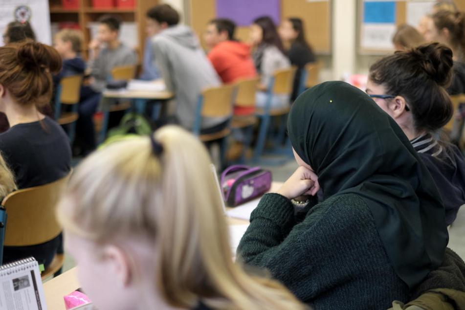 Eine Schülerin mit Kopftuch in der Klasse. (Symbolbild)