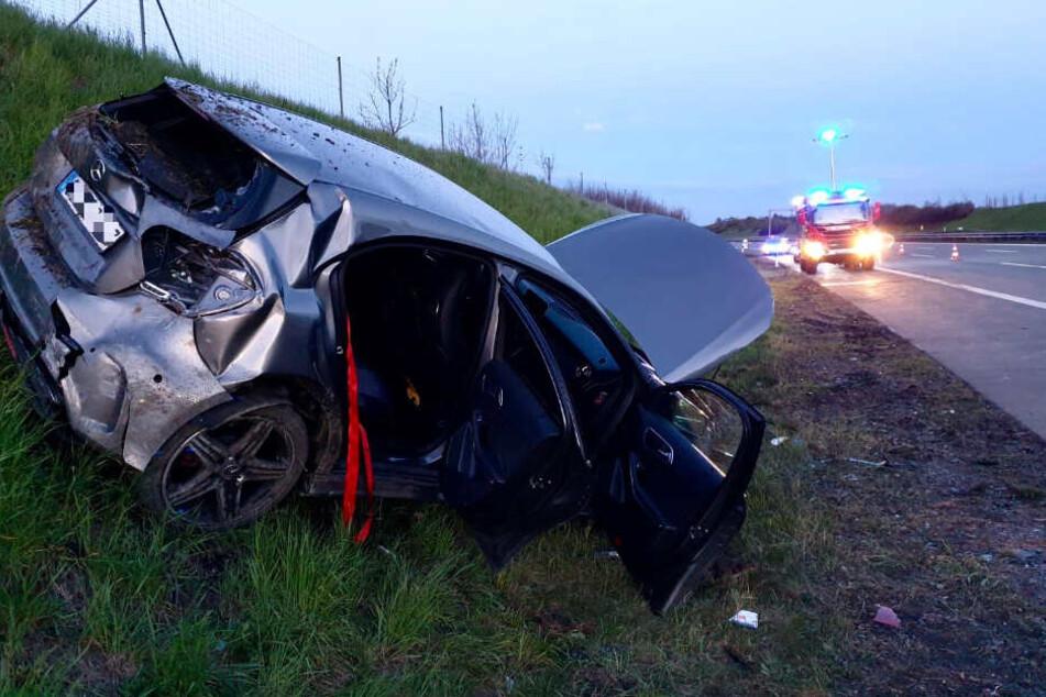 Zwei der Unfallwagen landeten in der Böschung am Fahrbahnrand.