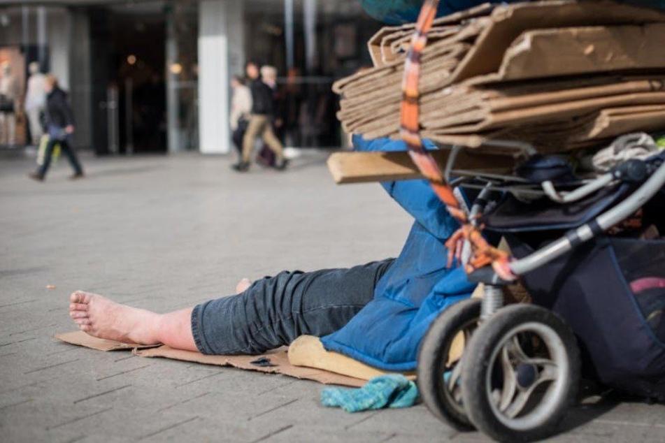 Einen Obdachlosen suchten sich drei skrupellose Angreifer in Berlin-Charlottenburg aus. (Symbolbild)