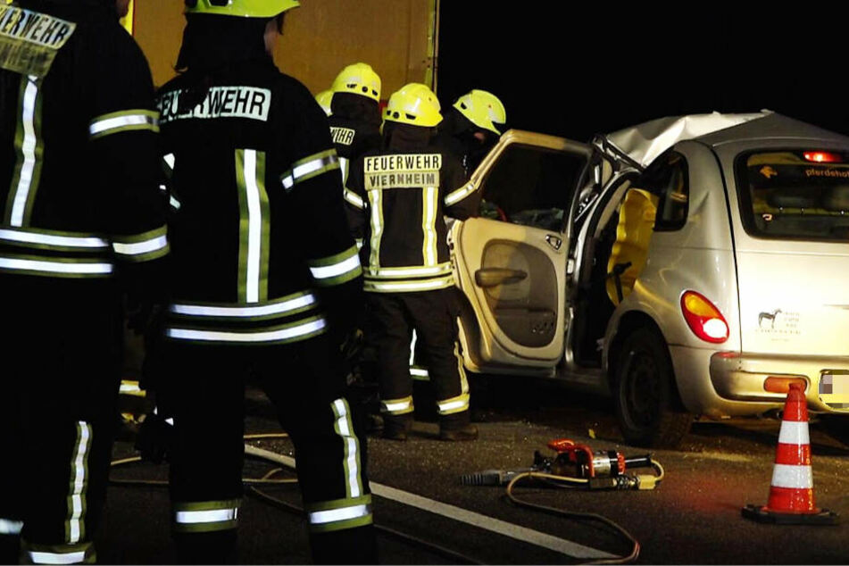 Auto rast unter Laster: Fahrer hat keine Überlebens-Chance