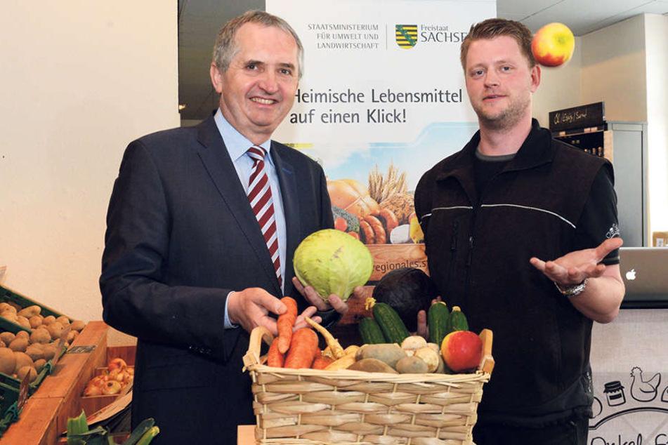 """Agrarminister Thomas Schmidt (56) stellt im Dresdner """"Onkel Franz""""-Laden von  Markus Wenzel das neue Portal für regionale Lebensmittel vor."""