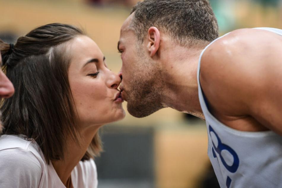 Jennifer Lange und Andrej Mangold im April bei einem Basketballspiel. Jenni punktete mit einem zarten Kuss.