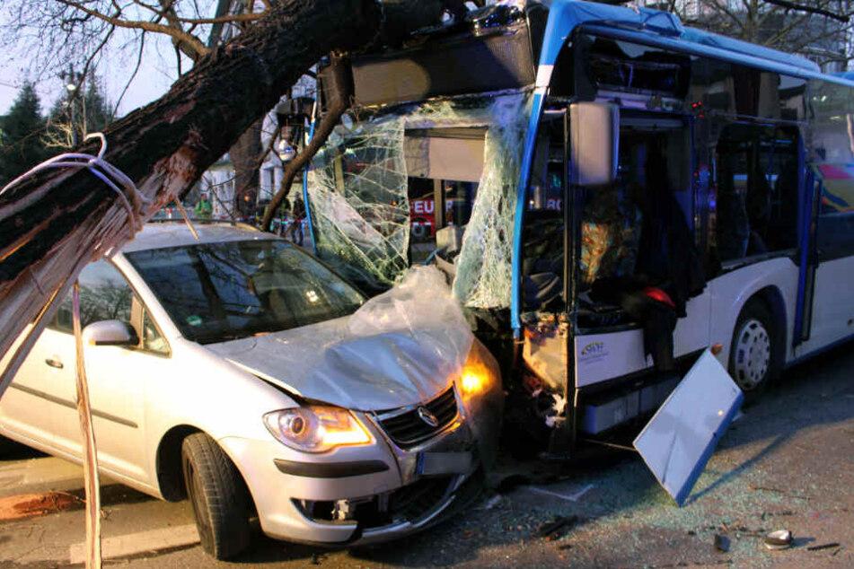 Im Lauf des Donnerstags wird auch der Linienbus untersucht, dessen 67 Jahre alter Fahrer starb.