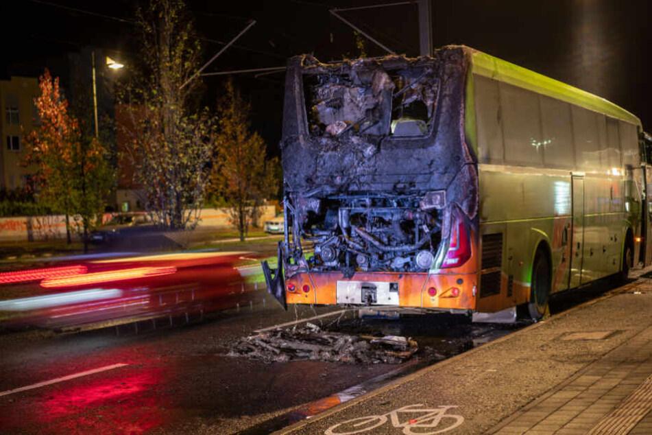 Flixbus fängt mitten in der Stadt Feuer: Motorblock brennt völlig aus