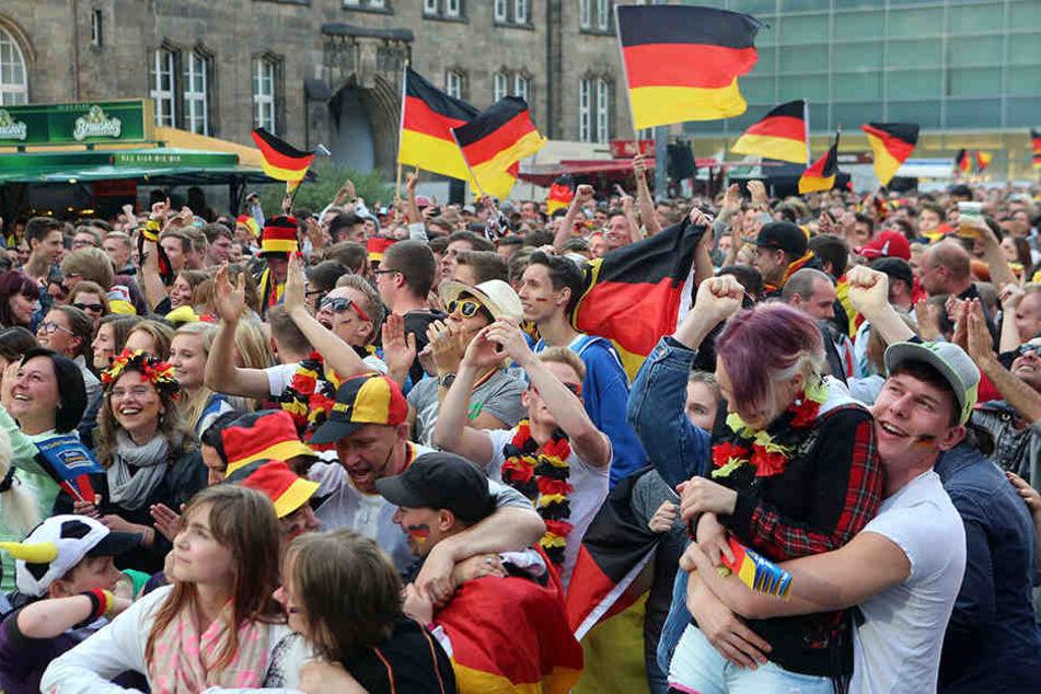 Für das erste Deutschlandspiel der WM am Sonntag werden Tausende zum Public Viewing auf der neuen Kneipenmeile erwartet.