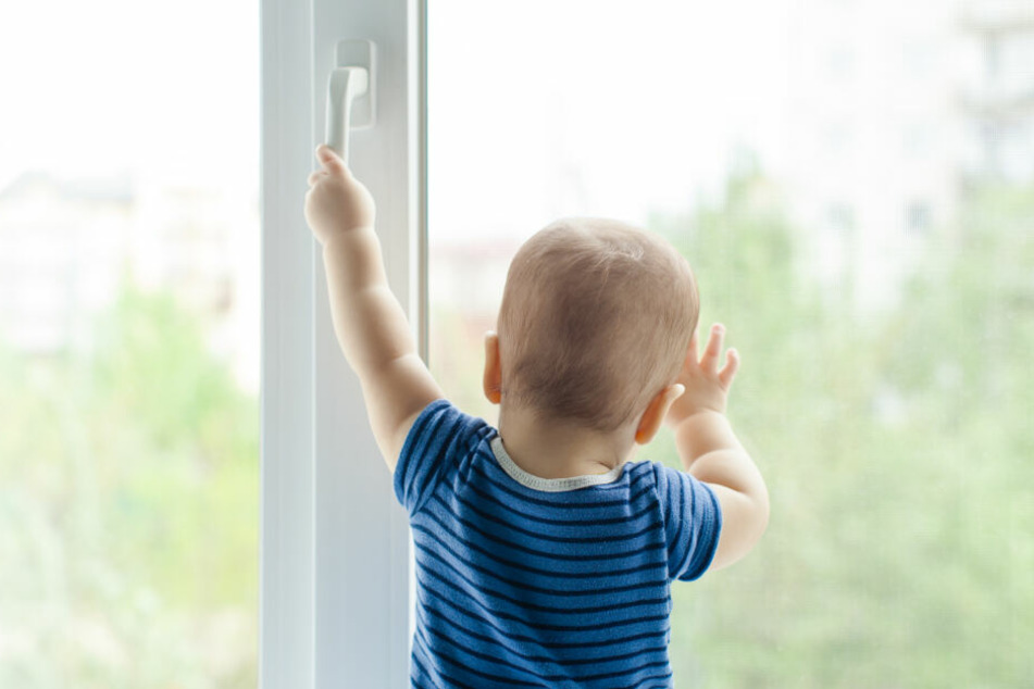 Der Junge gelangte an das Fenster und fiel heraus. (Symbolbild)