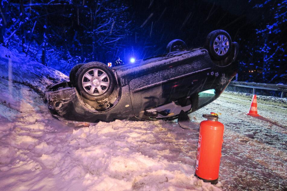 Heftiger Crash! Peugeot-Fahrerin nach Überschlag in ihrem Auto eingeklemmt