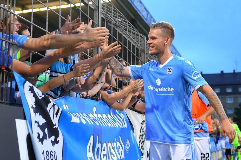Daniel Wein (27) von 1860 München klatscht Fans im Stadion ab. (Archivbild)