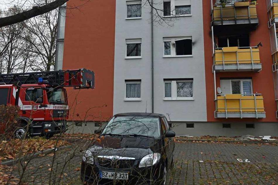 Rund um das Fenster und den Balkon in der zweiten Etage sind die Rußspuren von dem Brand deutlich zu sehen.
