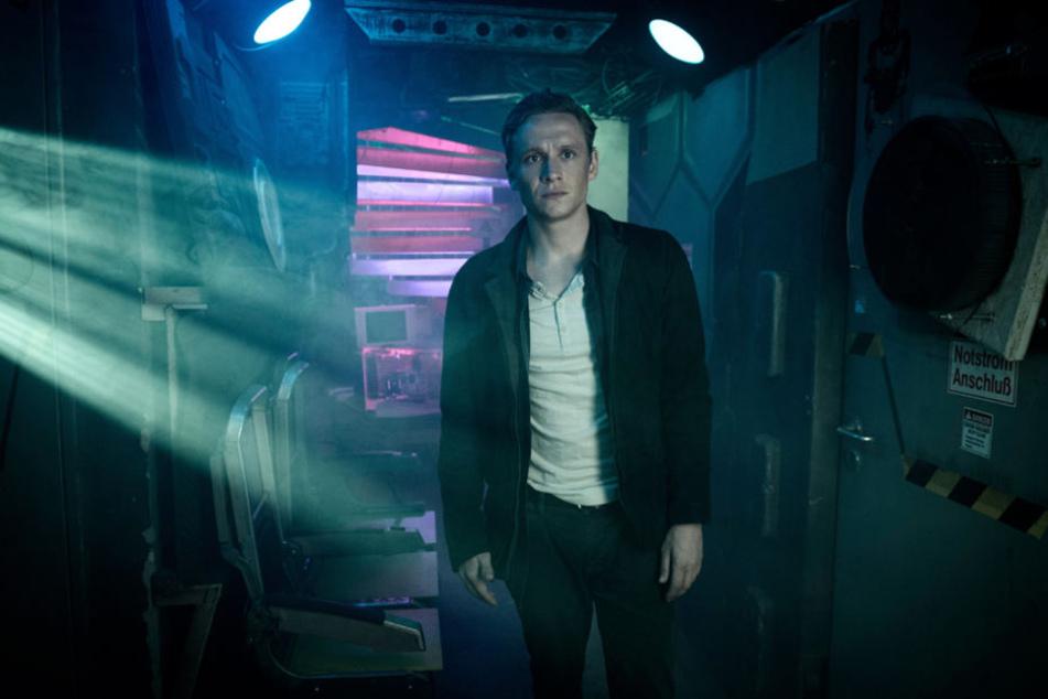"""Schauspieler Matthias Schweighöfer (Hotelmanager Lukas Franke) in einer Szene der Amazon-Serie """"You Are Wanted""""."""