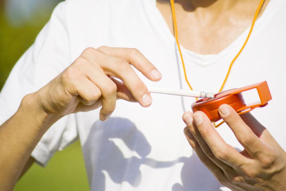 """Ein """"Taschenascher"""" ist klein und handlich, kann sogar an ein Halsband oder den Schlüssel gehängt werden und vermeidet Zigarettenstummel auf dem Boden (Symbolbild)."""