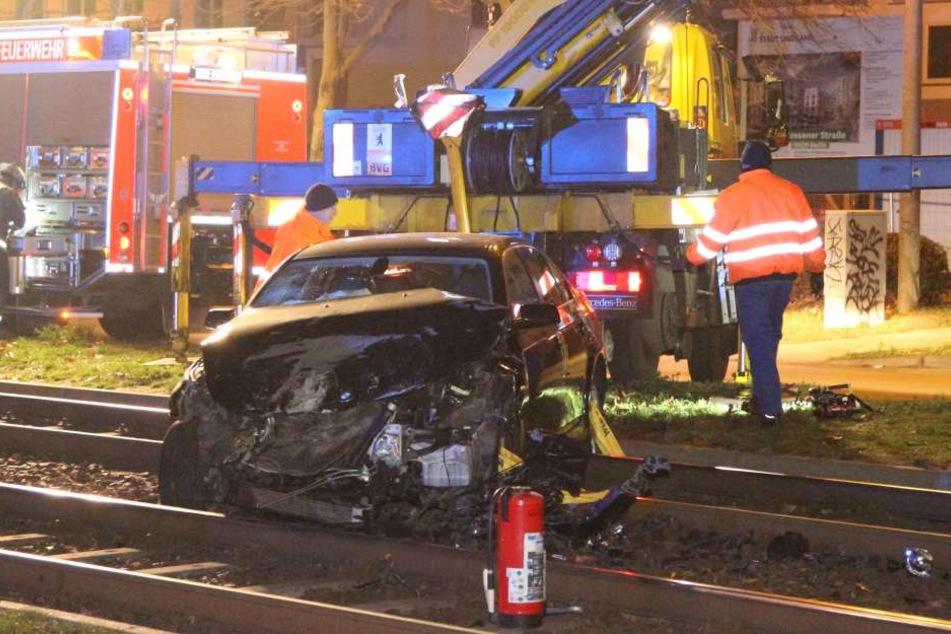 Ein Betrunkener ist am Samstagabend mit seinem Auto in eine Straßenbahn in Berlin gekracht.