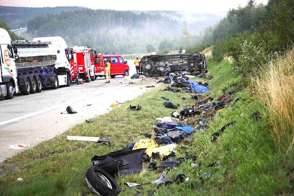Trümmerteile wohin das Auge reicht, nach der tödlichen Kollision in Thüringen.