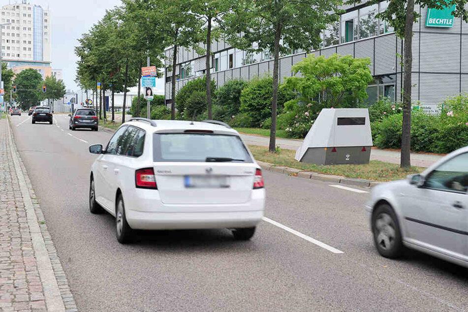 Das als Fahrzeuganhänger getarnte Messgerät steht seit Dienstag in der Neefestraße - stadtauswärts hinter der Lützowstraße.
