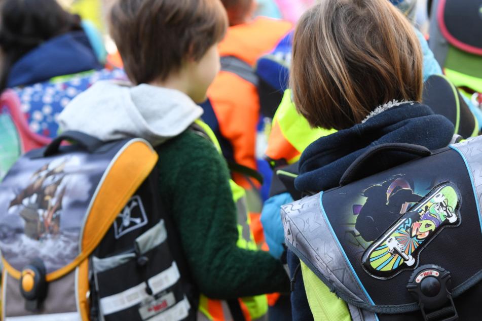 Rund 515.000 Schüler in Hessen müssen ab Montag wieder zur Schule gehen (Symbolbild).