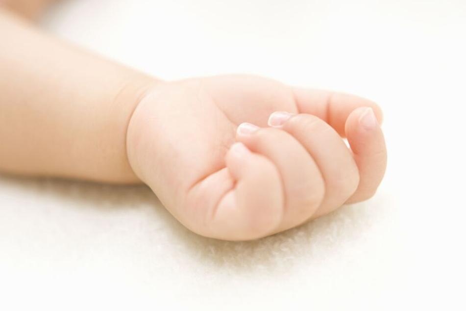 Das Kleinkind ist laut Obduktion verdurstet und an einem Kreislaufversagen aufgrund eines Hitzeschocks verstorben. (Symbolbild)