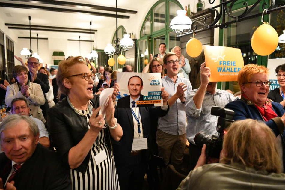 Bei einer Wahlparty freuen sich Anhänger über das Ergebnis bei der Landtagswahl.