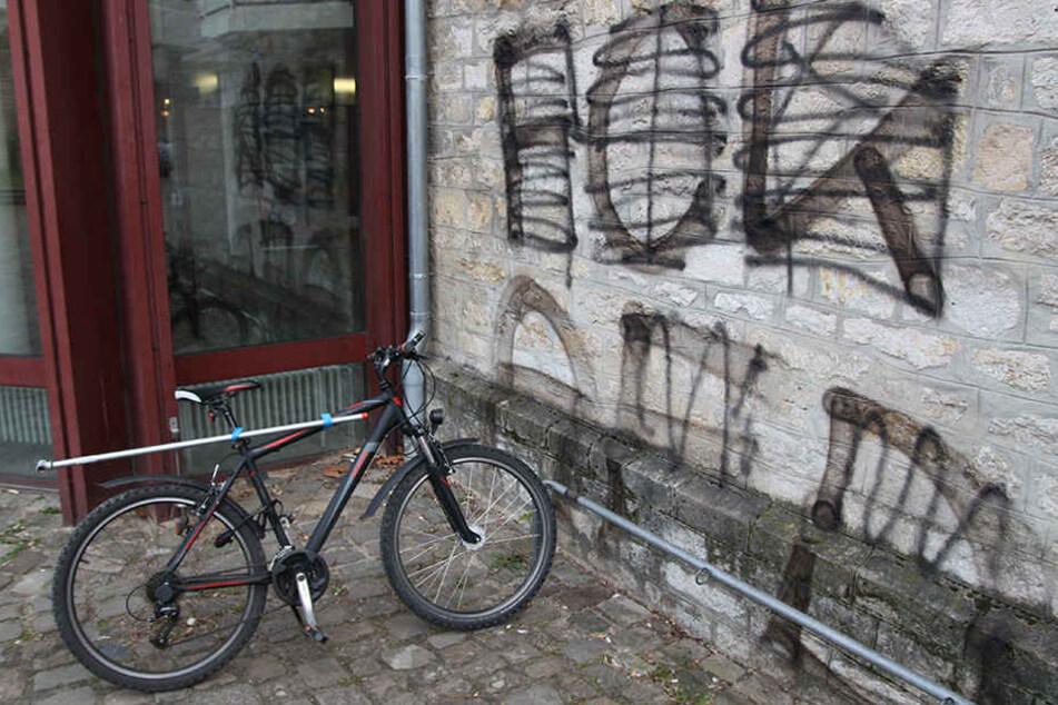 Die Anti-AfD-Graffitis wurden direkt neben den Haupteingang gesprüht.
