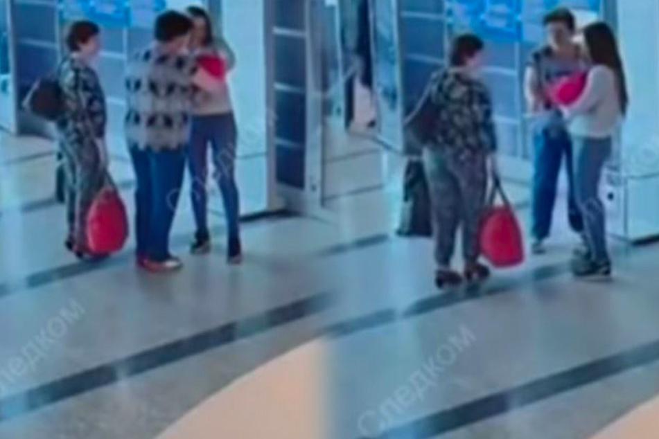 Eine Überwachungskamera filmt die traurigen Szenen, die sich im Flughafen Omsk abspielen.