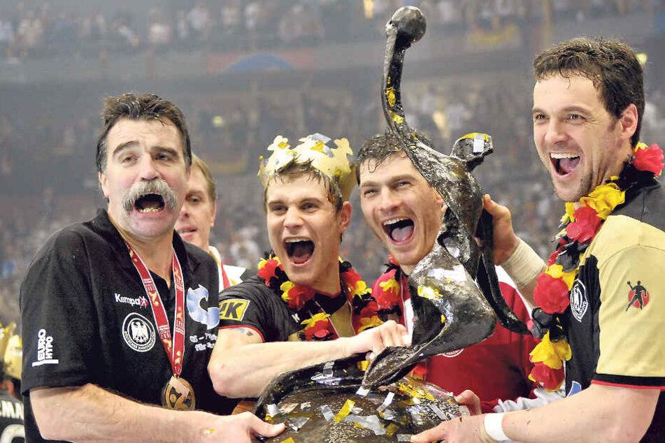 Jubel bei der Heim-Weltmeisterschaft 2007: Trainer Heiner Brand, Michael Kraus, Torwart Henning Fritz und Markus Baur (v.l.) zeigen stolz die WM-Trophäe.