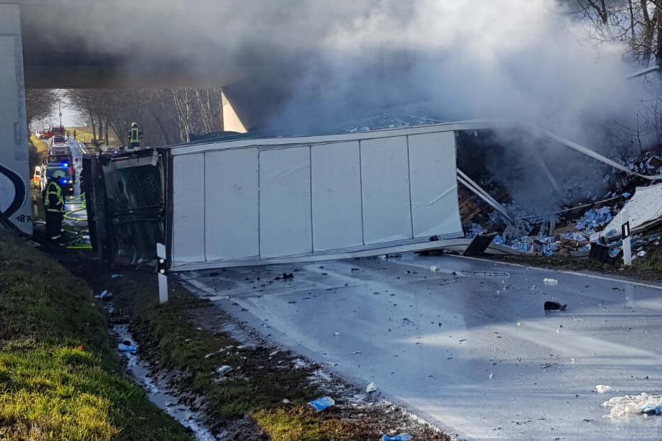 Vollsperrung auf der A14: Lastwagen durchbricht Leitplanke, Fahrer stirbt
