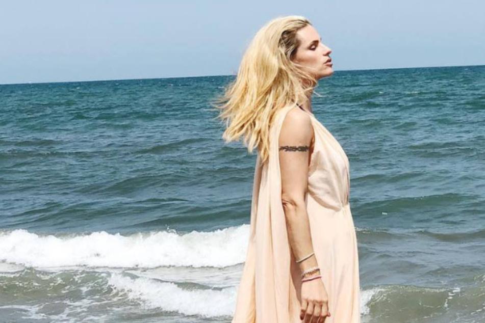 Ist es nur die frische Brise vom Meer, die Michelle Hunzikers (41) Kleid so aufbläht?