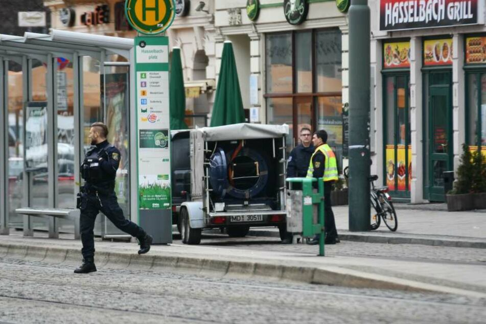Die Polizei evakuiert am Dienstag den Bereich rund um die Otto-von-Guericke-Straße in Magdeburg.