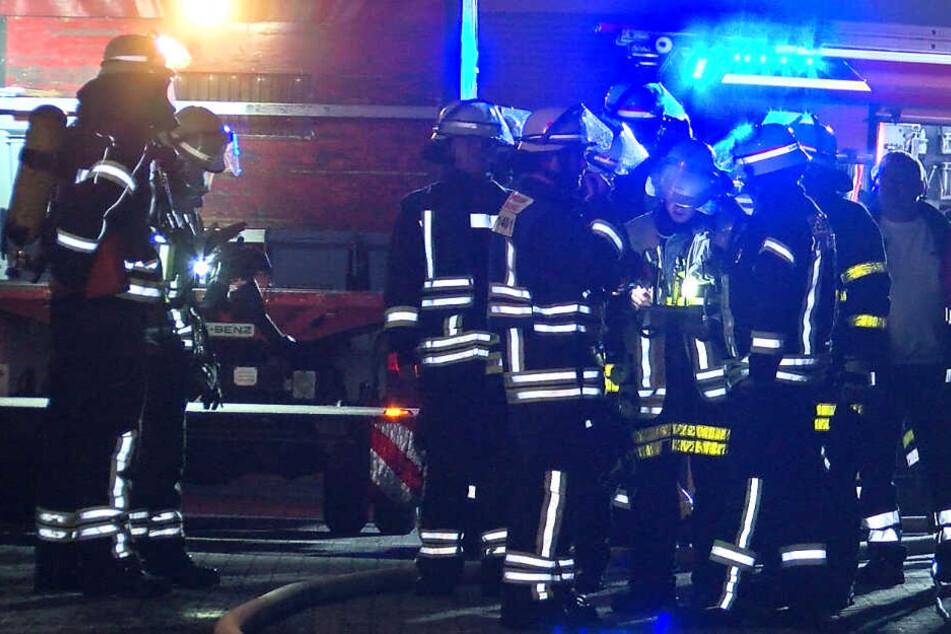 Haus in Flammen! Schaulustige behindern Feuerwehr